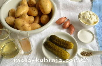 Sastojci za krumpir salatu sa krastavcima i kiselim vrhnjem