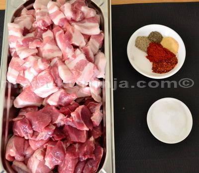 Meso i začini za klasik roštiljku, pečenicu