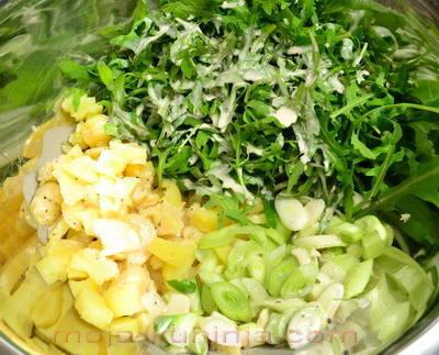 Priprema krumpira na salatu sa mladim lukom i rikulom