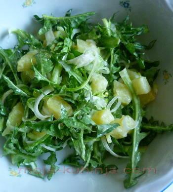 Salata od maslačka sa krumpirom i mladim lukom