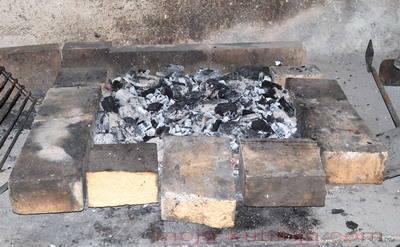 roštilj ograđen šamotnim opekama