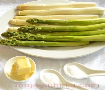 Zelene i bijele vrtne šparoge, maslac, sol