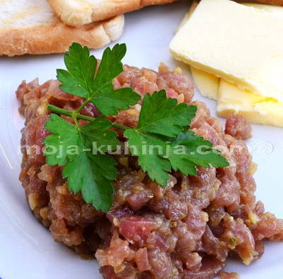 Tuna tatar sa maslacem i tostom
