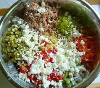 Priprema tuna salate sa tjesteninom, povrćem i feta sirom