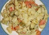Tjestenina salata sa sviježim zeljem, mrkvom i kiselim krastavcima