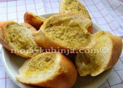 Kruh sa aromatiziranim maslacem