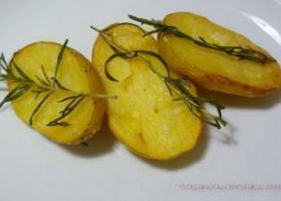 Krumpir pole sa ružmarinom